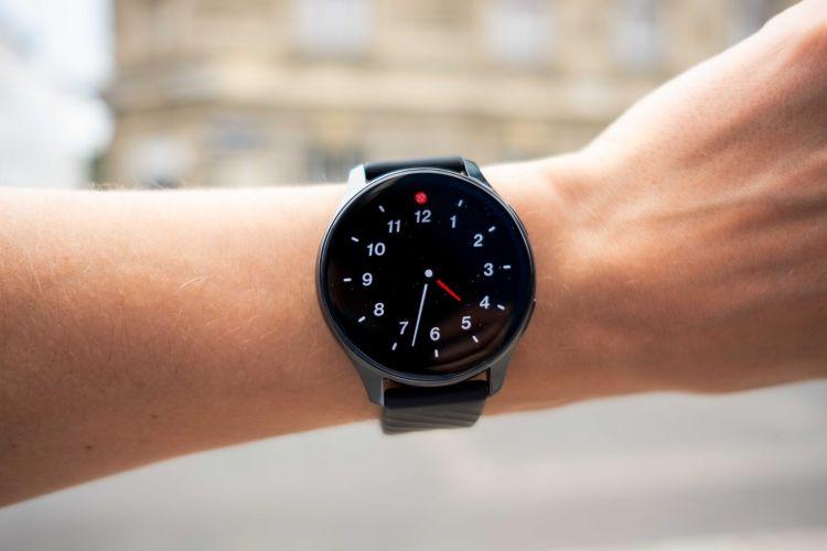 Auch am Handgelenk macht die relativ große Smartwatch zumindest optisch einen guten Eindruck.