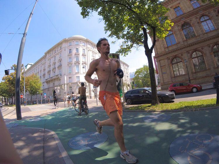 Laufen stadt nackt durch Nackt durch