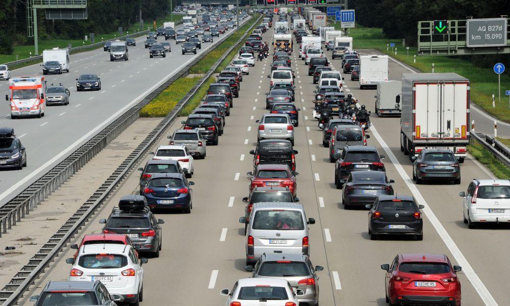Streit über Verbrenner-Ende: Deutsche Umwelthilfe klagt BMW und Mercedes
